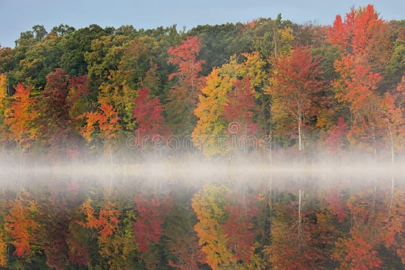 Jesień Głęboki jezioro z mgłą fotografia stock