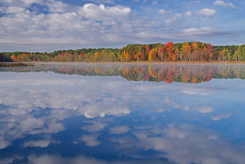 Jesień Głęboki jezioro z mgłą zdjęcie stock