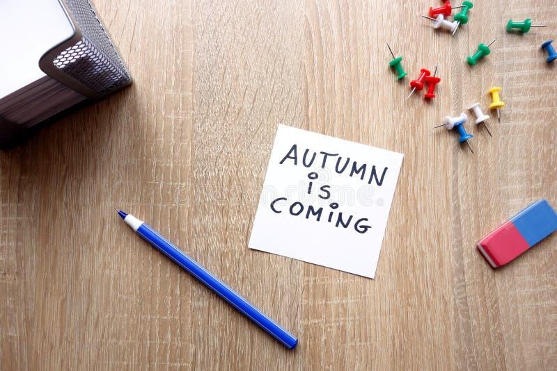 Jesień jest nadchodzącym pojęciem obraz stock