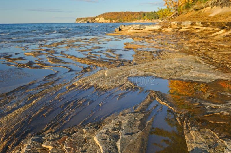 jesień jeziorny linii brzegowej przełożony obrazy stock