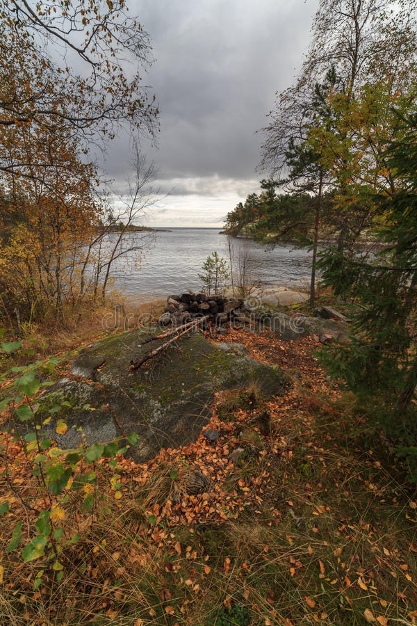 Jesień jezioro skalisty wybrzeże obraz stock