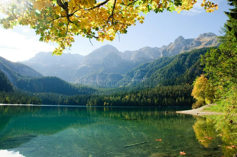 Jezioro w Alpejskich górach, Włochy zdjęcie stock