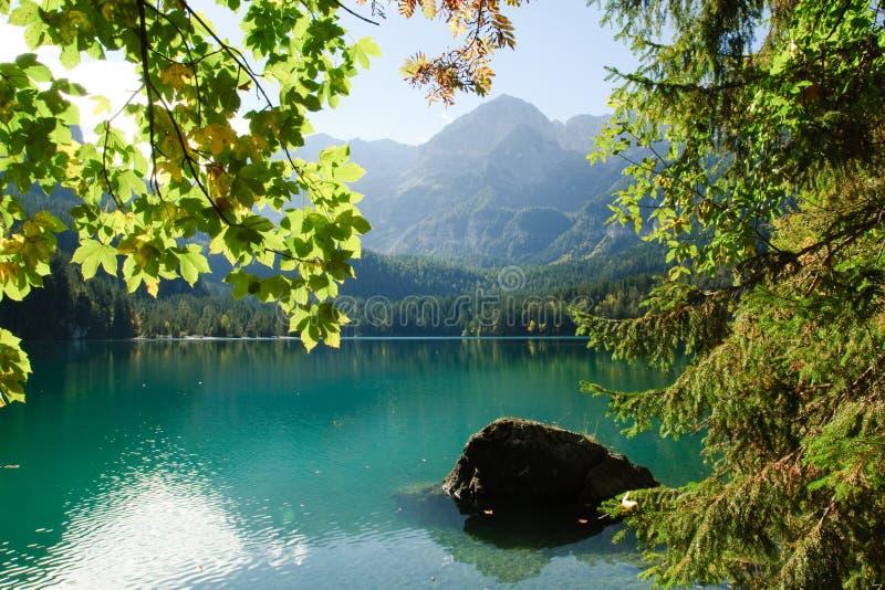Jezioro w Alpejskich górach, Włochy obrazy royalty free