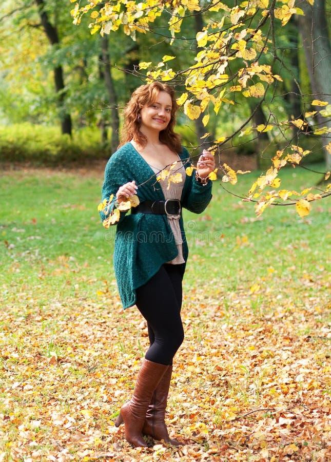 jesień kobieta parkowa chodząca fotografia stock
