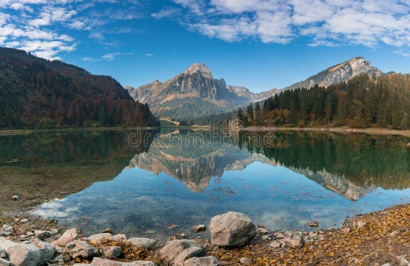 Jesień koloru góry jezioro w Szwajcarskich Alps i krajobraz obraz stock