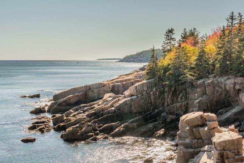 Jesień kolory na Skalistym Maine wybrzeżu obrazy stock