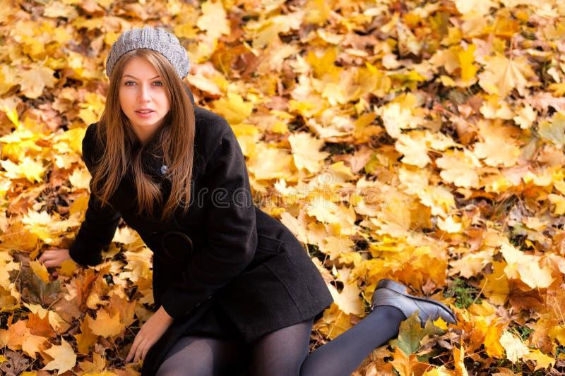 jesień kolory parkują kobiet wibrujących potomstwa obraz stock