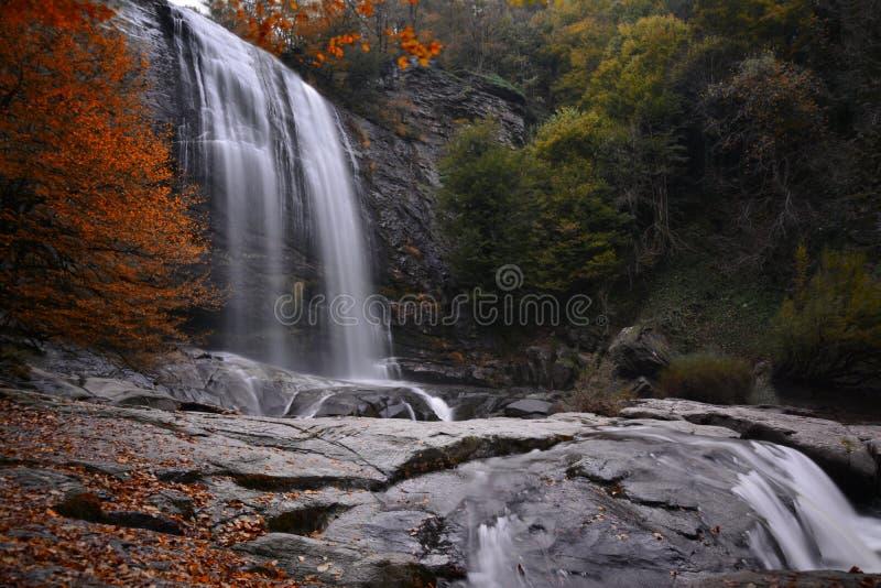 Jesień kolory z siklawą i ulotką obraz stock