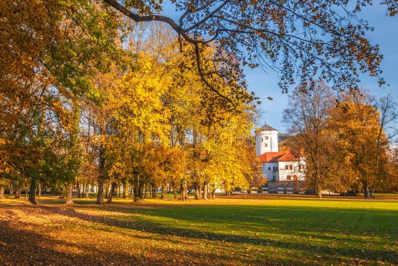 Jesień krajobraz, średniowieczny grodowy Budatin obraz stock