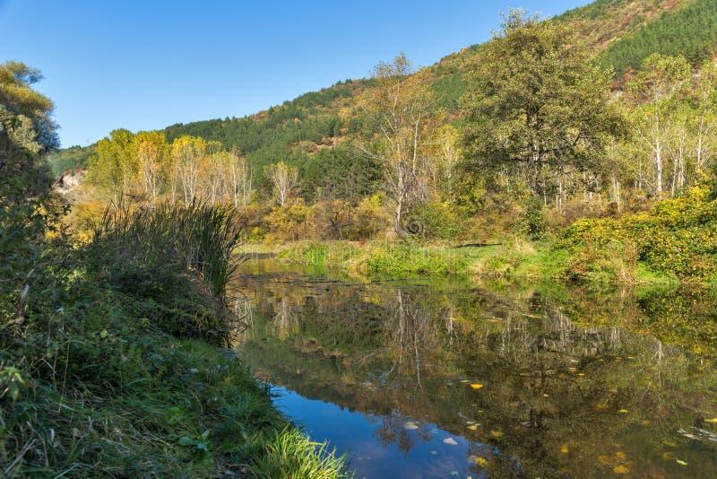Jesień krajobraz Iskar rzeka blisko Pancharevo jeziora, Sofia miasta region, Bułgaria obrazy royalty free