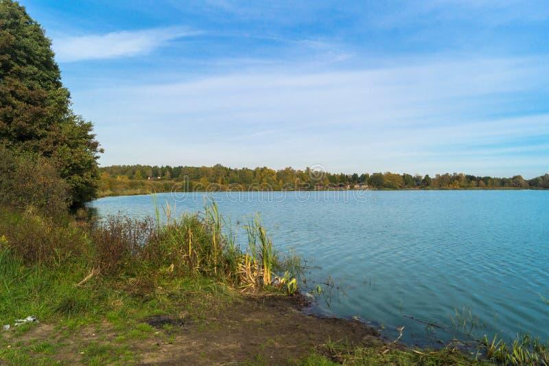 Jesień krajobraz na Jeziornym Biserovo, Moskwa region, Rosja obraz stock
