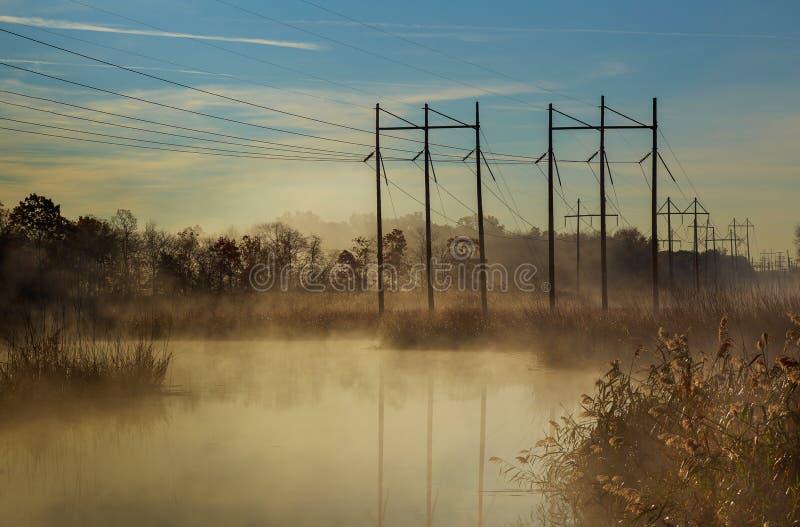 jesień krajobraz, rzeka, mgiełka, evening zdjęcia stock