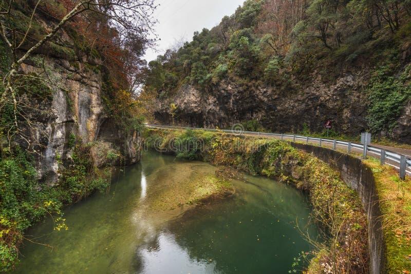Jesień krajobraz, rzeka w Somiedo naturalnym parku, Asturias, Hiszpania fotografia royalty free