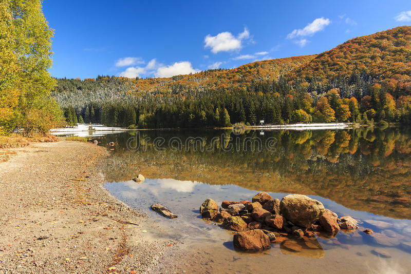 Jesień krajobraz w górach, świętego Ana jezioro, Transylvania, Ro obraz royalty free