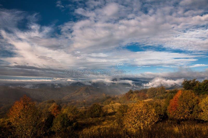 Jesień krajobraz w promieniach powstający słońce fotografia stock