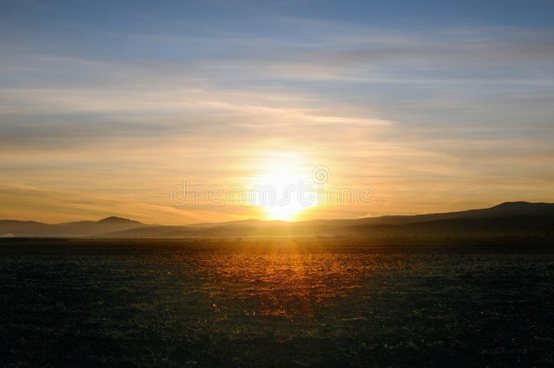 Jesień krajobraz z czyścić rolniczym polem podczas spektakularnego złocistego wschód słońca nad gładcy wzgórza obraz stock