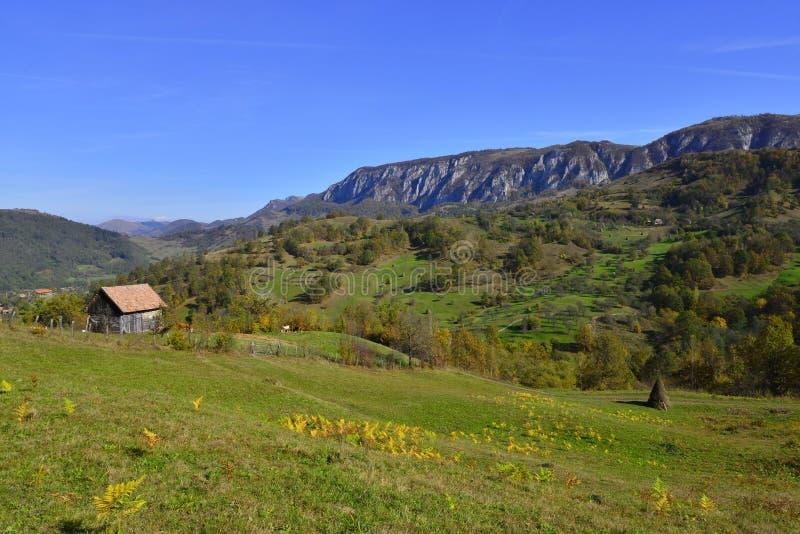 Jesień krajobraz z dom na wsi i górami przy odległością w Rumunia zdjęcia royalty free