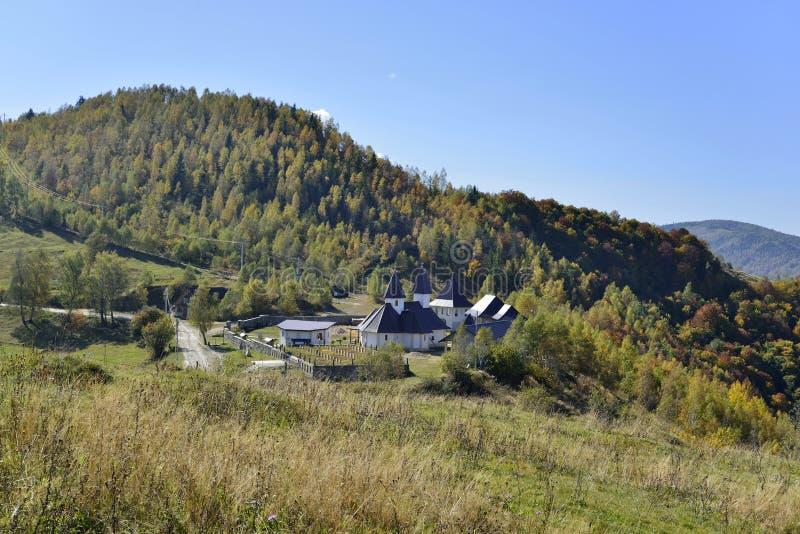 Jesień krajobraz z Muntele Rece monasterem fotografia stock