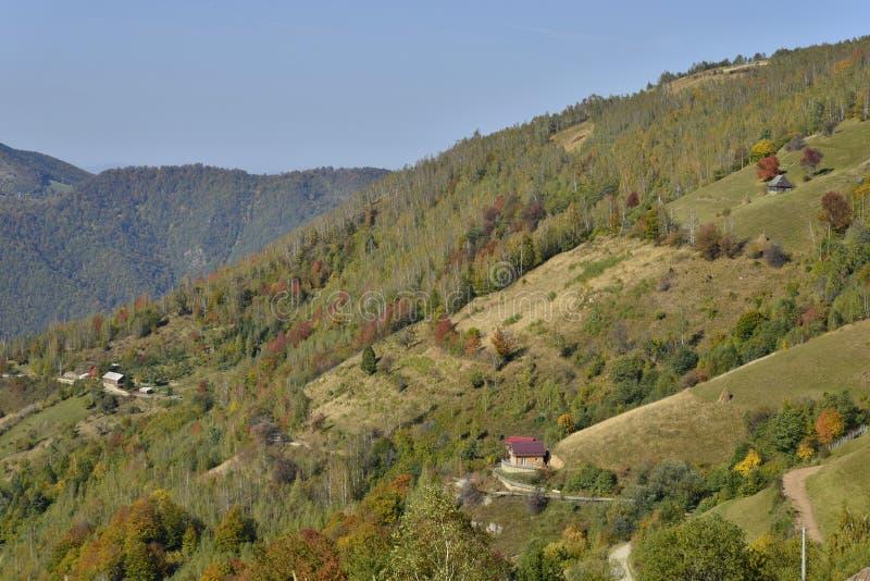 Jesień krajobraz z wzgórzami i domami zdjęcia stock