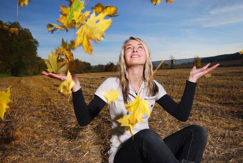 jesień leafs kobiet potomstwa zdjęcia royalty free