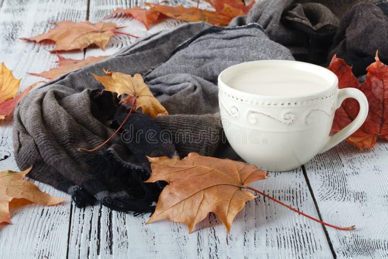 Jesień liście i czarnej kawy skład filiżanka przy wietrzejącym nieociosanym drewnianym tłem Spadków napojów gorący pojęcie obraz royalty free