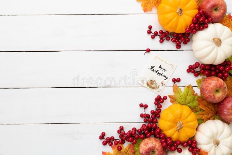 Jesień liście klonowi z Dyniowymi i czerwonymi jagodami na białym drewnianym tle Dziękczynienie dnia pojęcie zdjęcie royalty free