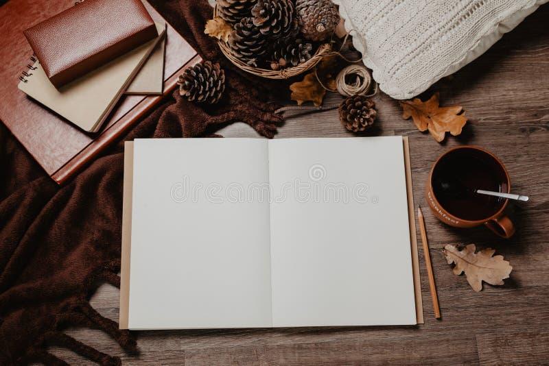 Jesień liście, notatnik, kubek na nieociosanym drewnianym stole i styl życia, wygodny jesieni wciąż życia, jesieni pojęcia, blogg obraz stock