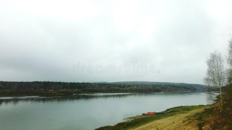 Jesień na rzecznym Vishera Krasnovishersk obraz stock