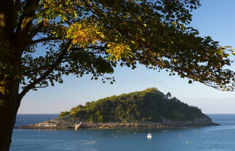 Jesień na wyspie Santa Clara w zatoce La Concha, miasto Donostia zdjęcie stock