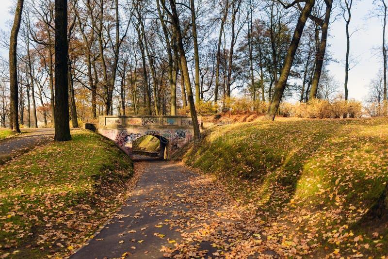 Jesień park z łukiem w Ryskim, Latvia zdjęcie stock