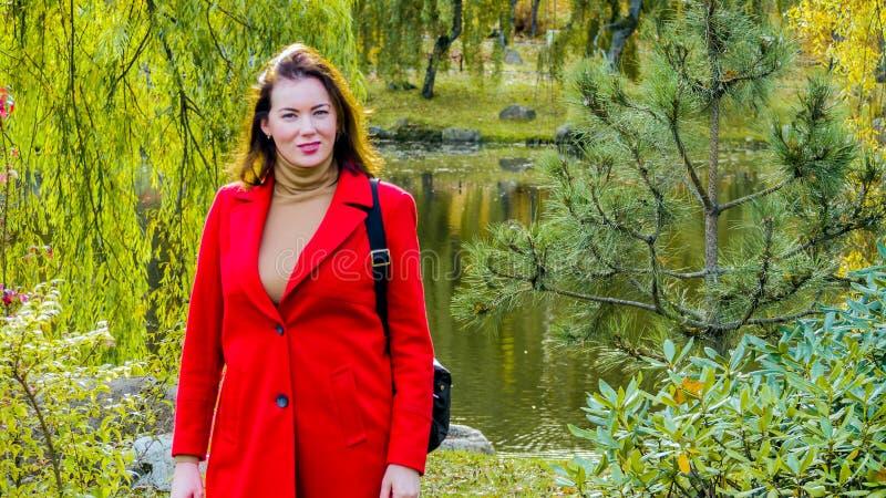 jesień parkowi ładni kobiety potomstwa obrazy royalty free
