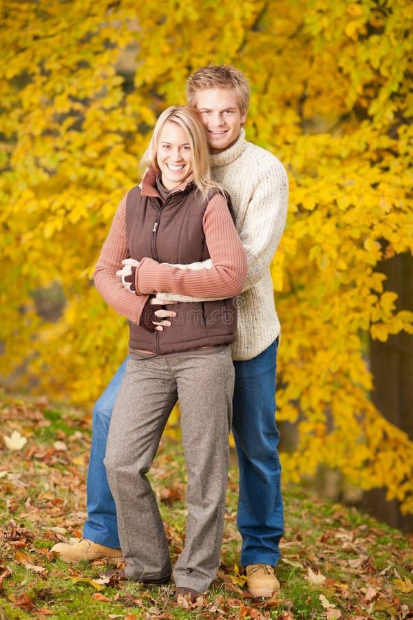 jesień pary szczęśliwy przytulenia miłości park fotografia stock