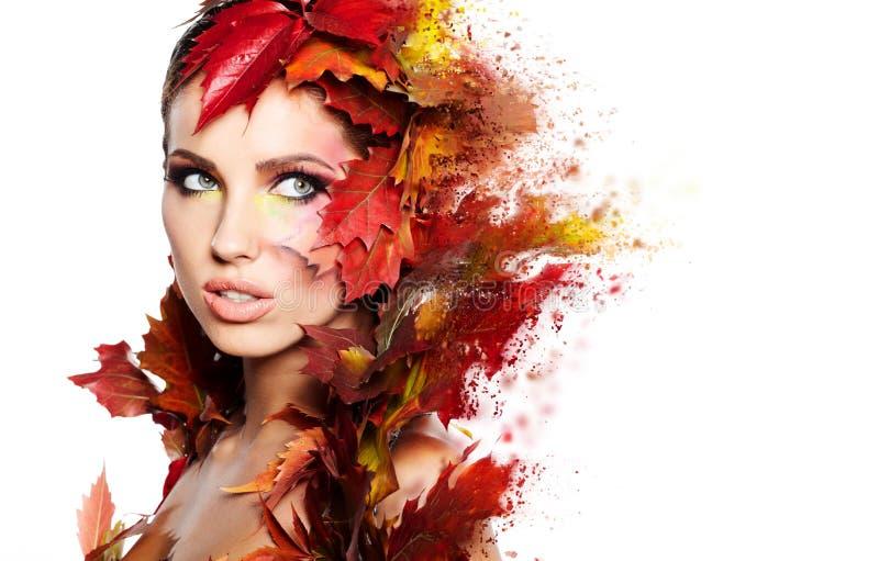 jesień pięknego dzień spadek lasowa chodząca kobieta obraz royalty free