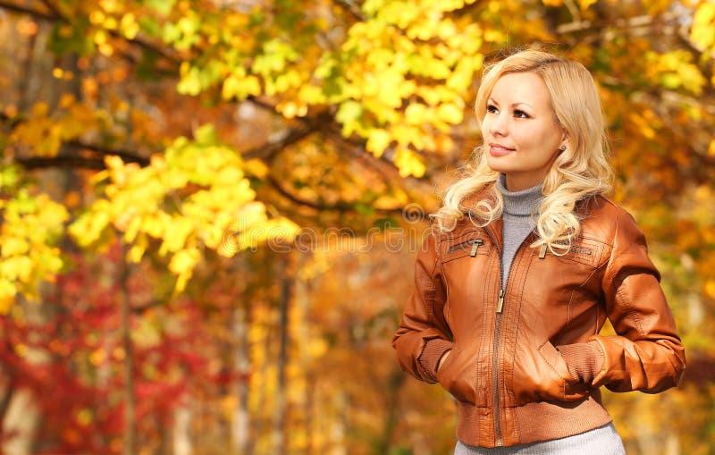 jesień pięknego dzień spadek lasowa chodząca kobieta upadek Blondynki dziewczyna z Żółtymi liśćmi obraz royalty free