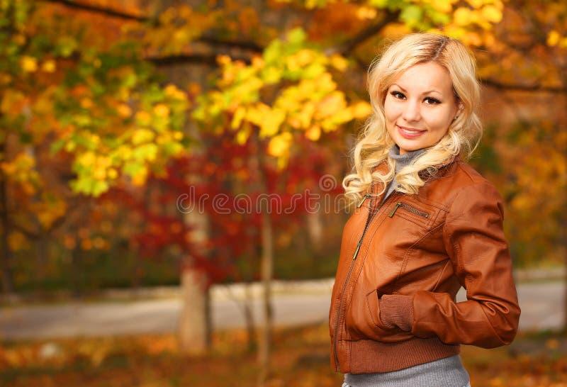 jesień pięknego dzień spadek lasowa chodząca kobieta upadek Blondynki dziewczyna z liśćmi obraz royalty free