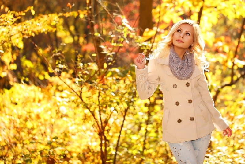 jesień pięknego dzień spadek lasowa chodząca kobieta upadek Blondynki Piękna dziewczyna z Żółtymi liśćmi fotografia stock