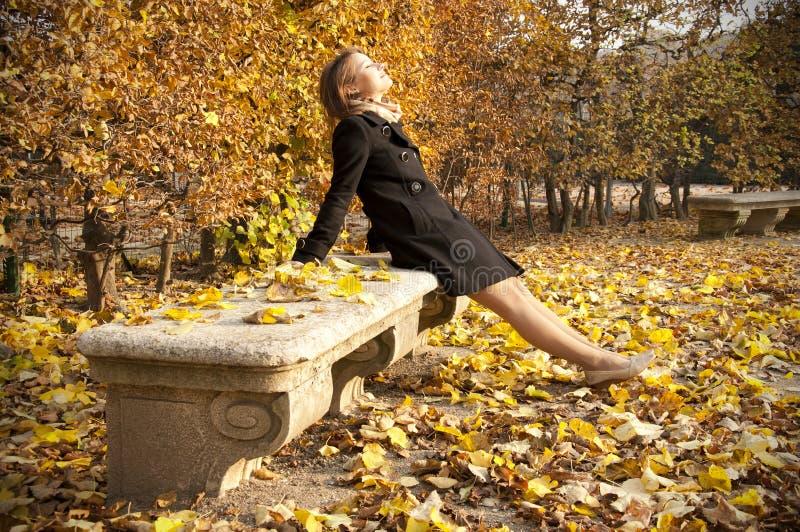 jesień piękni target1479_0_ dziewczyny słońca ciepli potomstwa zdjęcie stock