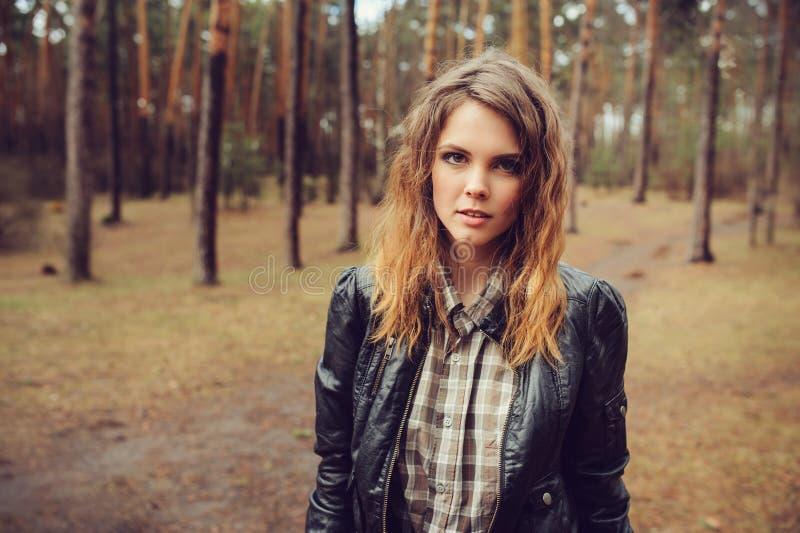 Jesień plenerowy portret młoda piękna kobieta z naturalnym makeup w skórzanej kurtki i szkockiej kraty koszula zdjęcia stock