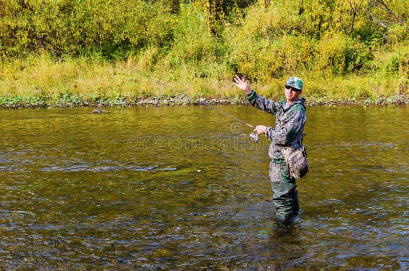 Jesień połów na małej rzece zdjęcie royalty free