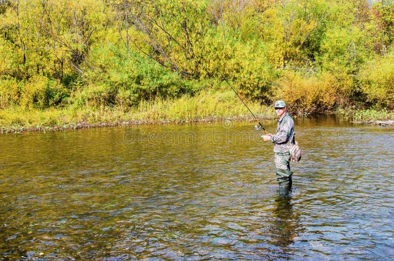 Jesień połów na małej rzece zdjęcia stock