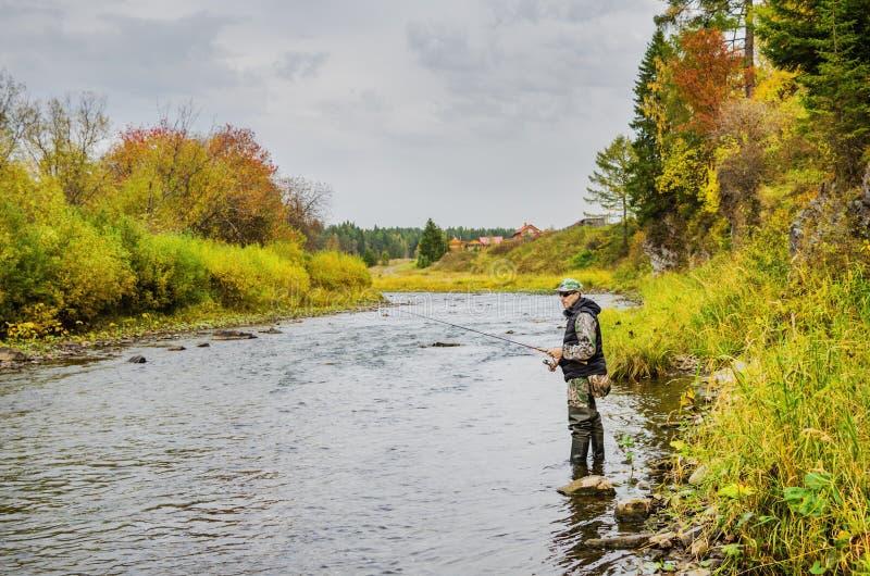 Jesień połów na małej rzece zdjęcia royalty free