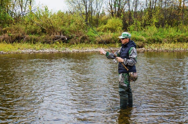 Jesień połów na małej rzece obrazy stock