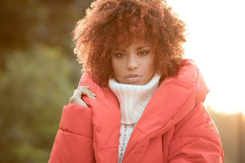 Jesień portret amerykanin afrykańskiego pochodzenia dziewczyna zdjęcie royalty free