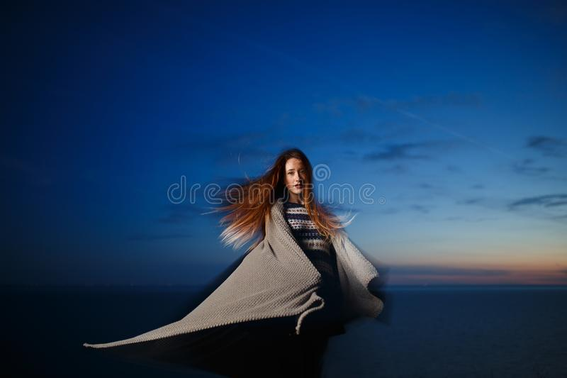Jesień portret piękno rudzielec dziewczyna outdoors w zmierzchu obrazy royalty free