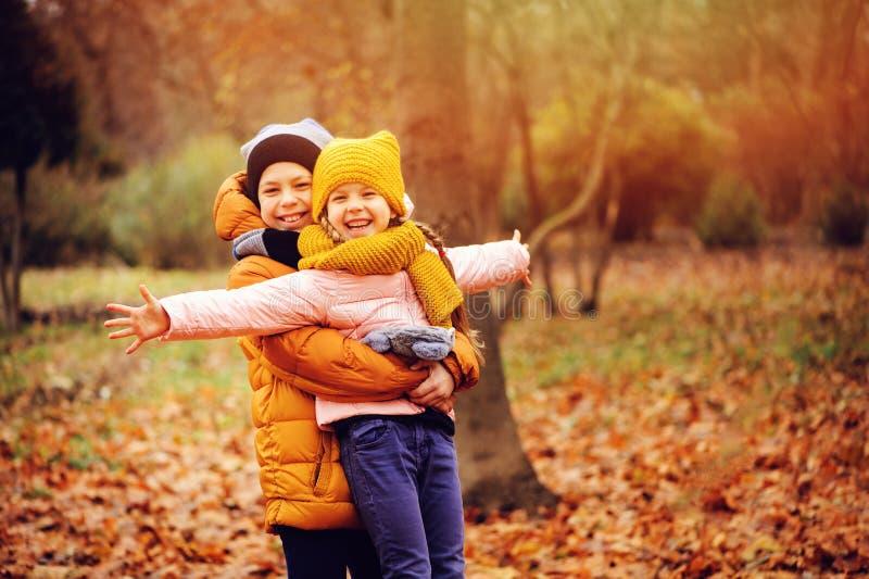 Jesień portret szczęśliwi dzieciaki, brat i siostra, zdjęcia stock