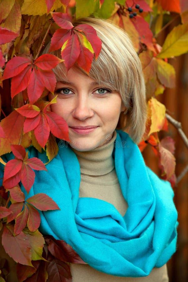 Jesień portreta uroczy youngwoman zdjęcia royalty free