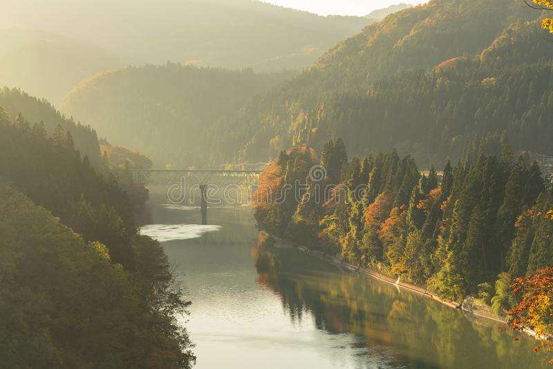 Jesień przy tadami rzeką w wieczór fotografia stock