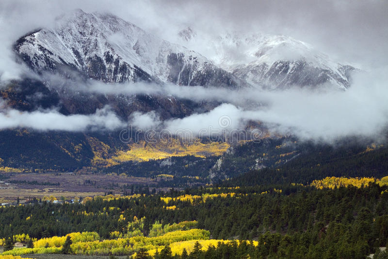 Jesień przy Uczelnianymi szczytami zbliża Bliźniaczych jeziora w środkowym Colora zdjęcia royalty free