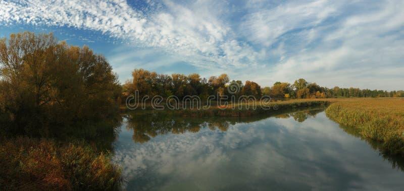 Jesień ranek nad rzeka zdjęcia stock