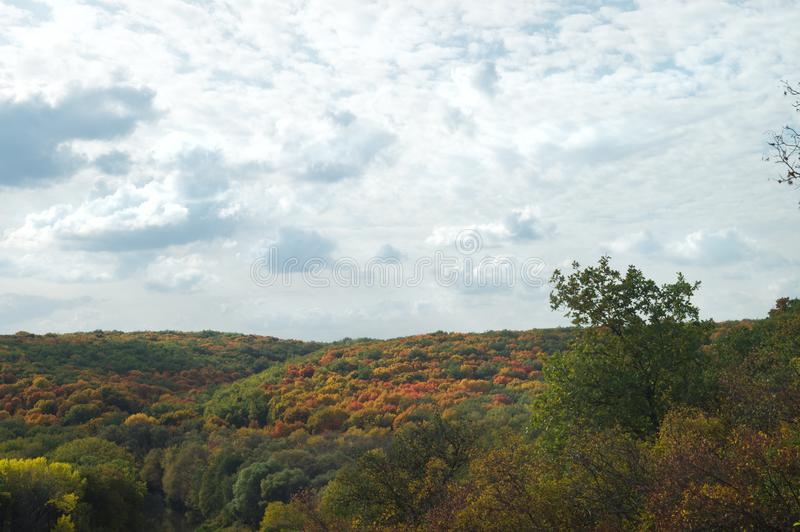 Jesień sceniczny widok wzgórza zakrywający z lasami pod chmurnym niebem Przyrody natury krajobraz obraz royalty free